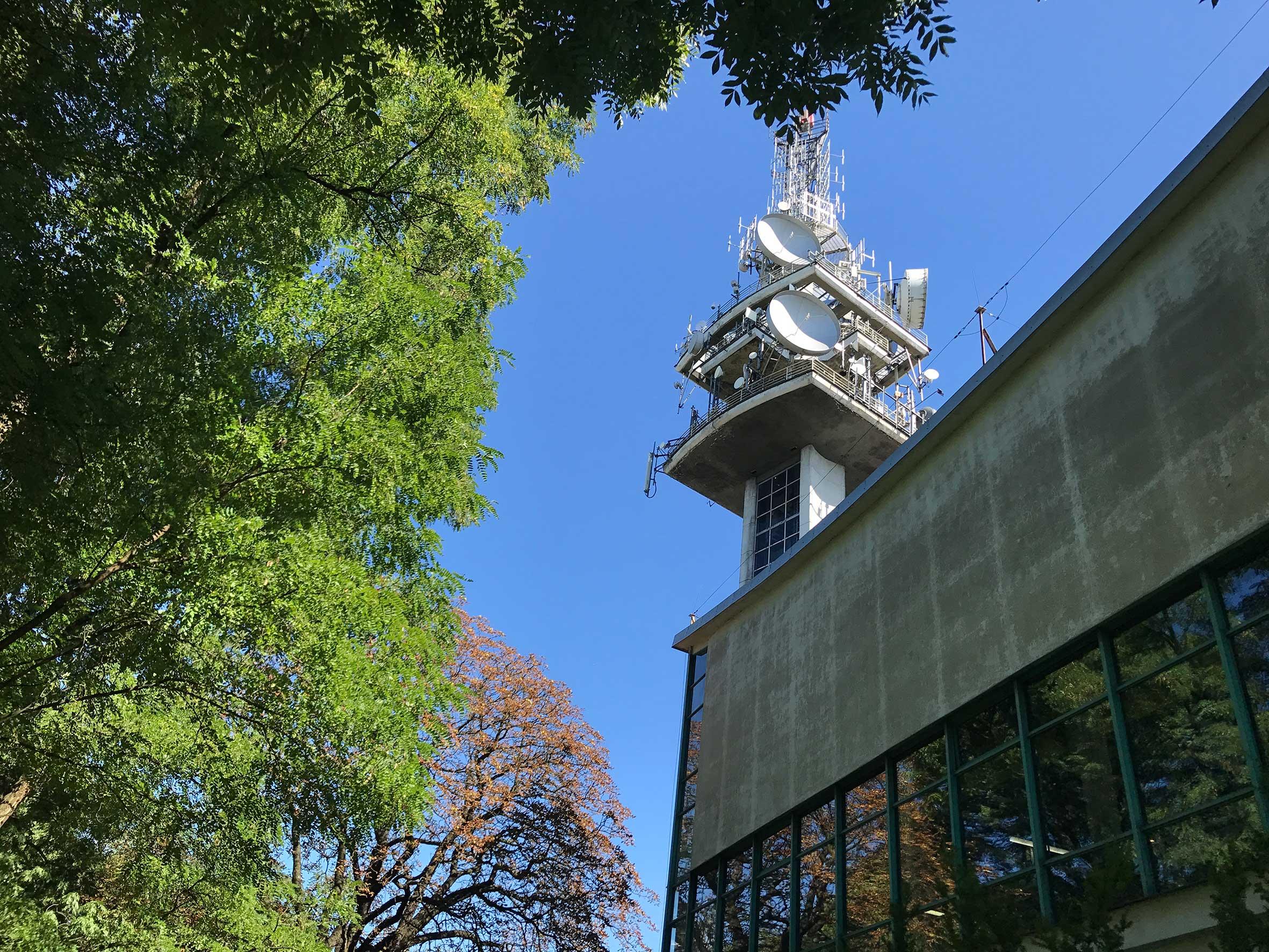 Wieża telewizyjna, charakterystyczna dla krakowskiego Podgórza - sąsiadujący z nią budynek Twardowskiej to nowa siedziba WI i miejsce wystawy Wzgórze Krzemowe