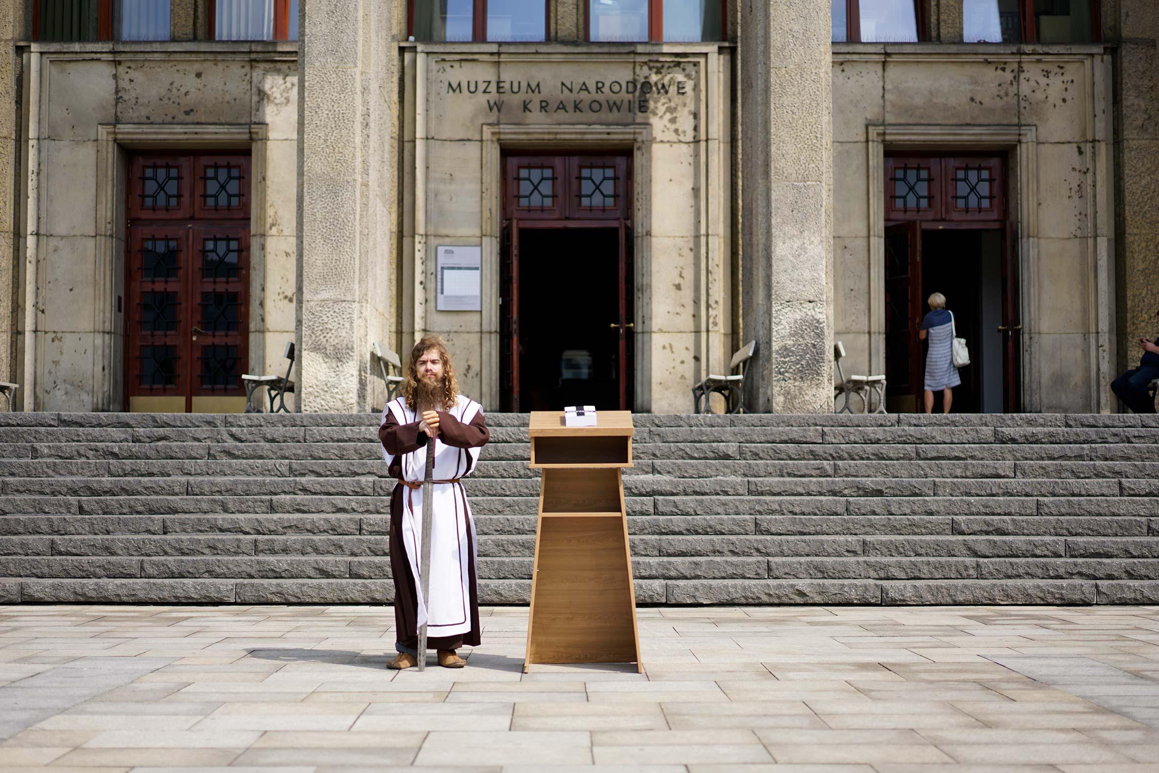 Prezentacja książki przed Muzeum Narodowym w Krakowie
